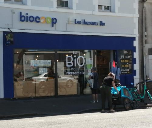 Photo de Les Hameaux Bio Biocoop Saint-Nazaire, membre de Bout à Bout, réseau de réemploi des bouteilles en verre en Pays de la Loire